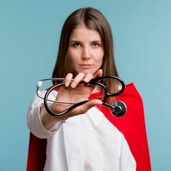 聴診器を保持している女性