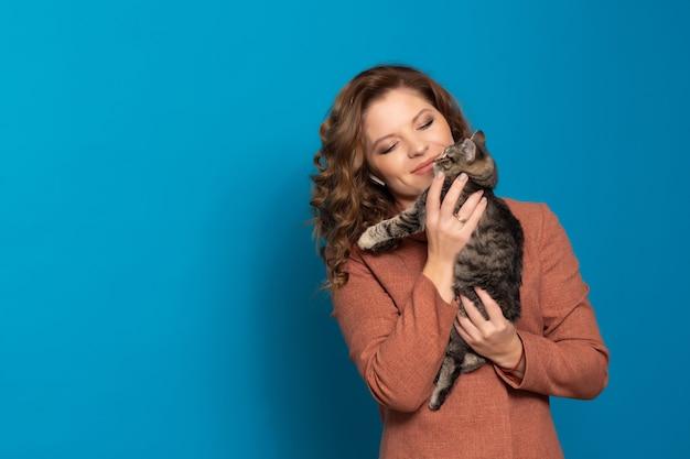 ぶち子猫を抱く女性