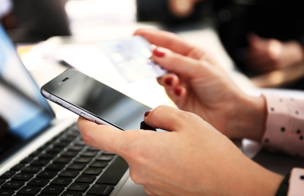Женщина, держащая планшетный пк и кредитную карту в помещении, покупки в интернете