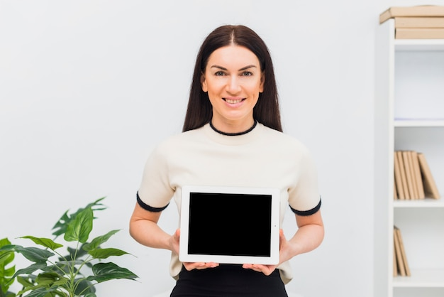 Woman holding tablet with blank screen Free Photo