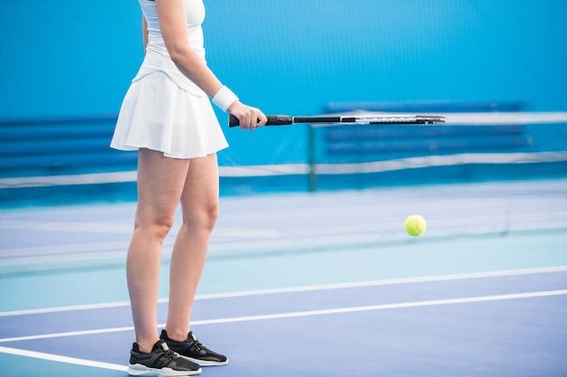 テニスラケットを保持している女性