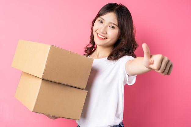 カーゴボックスを持って幸せそうに笑っている女性
