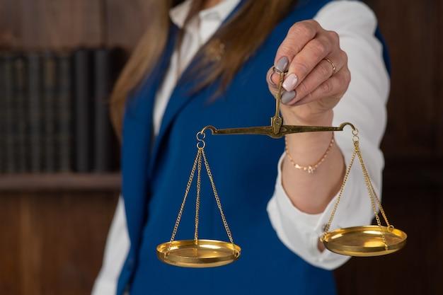 Женщина, держащая деталь шкалы справедливости