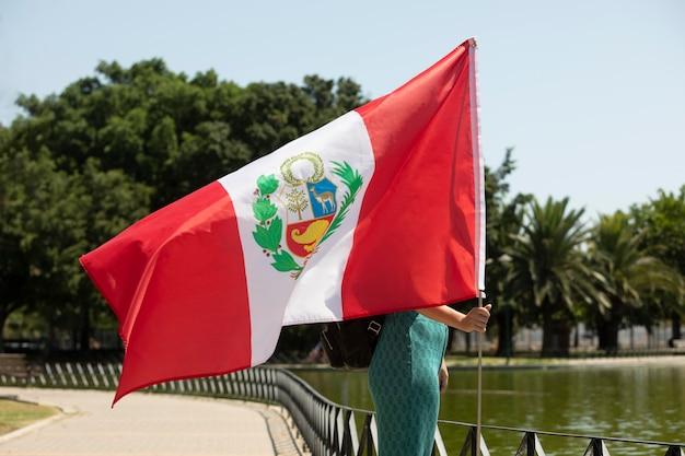 ペルーの国旗を持っている女性