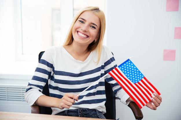 미국 국기를 들고 여자