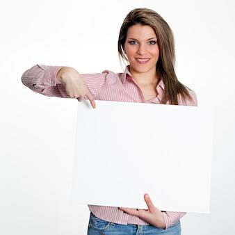 白いパネルを保持している女性
