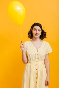 黄色の風船を持った女性