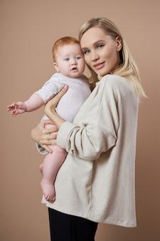여자는 그녀의 팔에 아기를 보유 하고있다. 아이가 태어난 후 젊은 어머니의 초상화. 젊은 가족