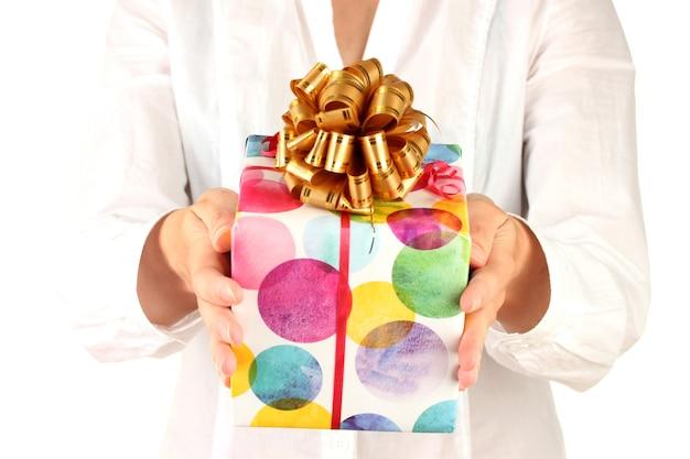 여자는 선물이 든 상자를 들고 있다