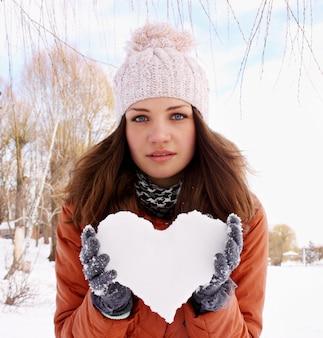 여자는 그녀의 손에 얼음의 마음을 보유