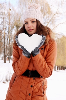 여자의 손에 얼음의 마음을 보유