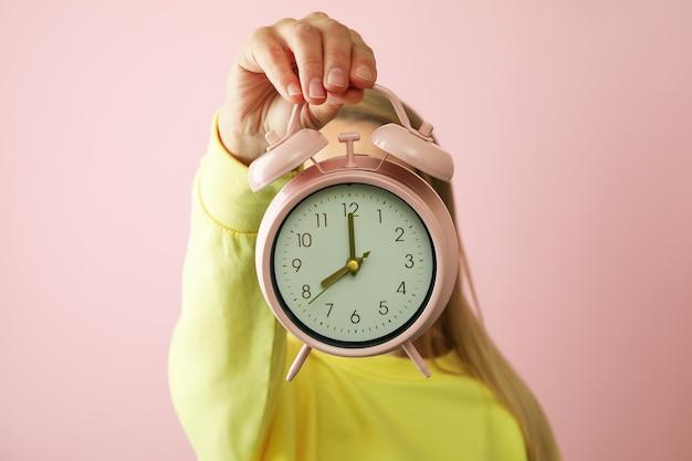 여자 핑크에 알람 시계를 보유