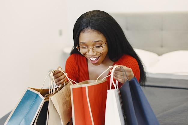 Женщина держит красочные сумки для покупок