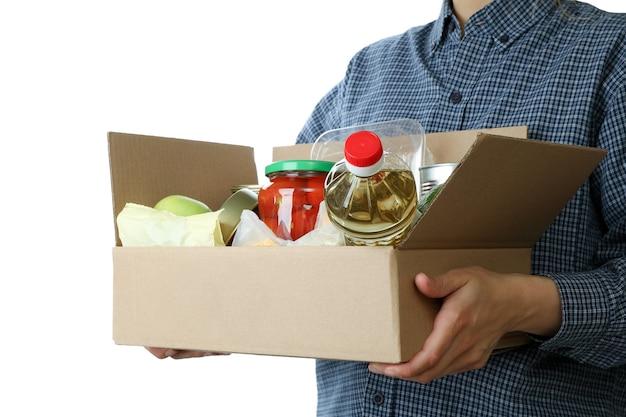 Женщина держит ящик для пожертвований, изолированные на белом фоне