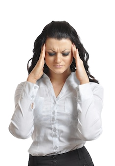 頭痛と倦怠感のために女性が頭を抱えている
