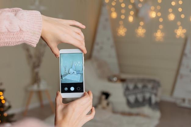 Женщина держит палец перед экраном смартфона