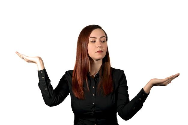 여자는 손바닥을 비늘 그릇처럼 잡고 한 손을 신중하게 쳐다본다