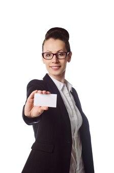 Женщина протягивает бизнес или кредитную карту изолированные