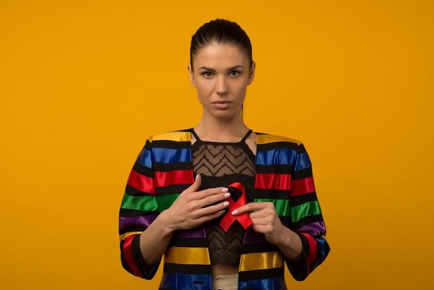 여자는 인식 세계 에이즈의 날 12 월 1 일에 빨간 리본을 보유
