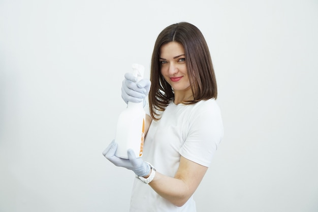 여자는 흰색 배경에 총 건강 또는 청소 개념 covid와 같은 방부제 또는 세제 스프레이 병을 보유