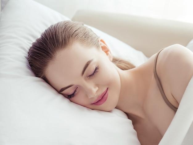 Женщина дома в постели спит расслабиться женский домашний диван