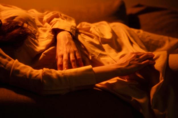 Donna a casa con misteriose luci interne intorno a lei