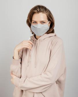 Donna in felpa con cappuccio con maschera