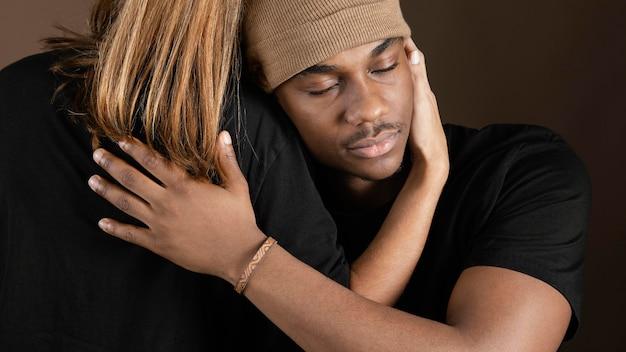 アフリカの男性を抱き締める女性
