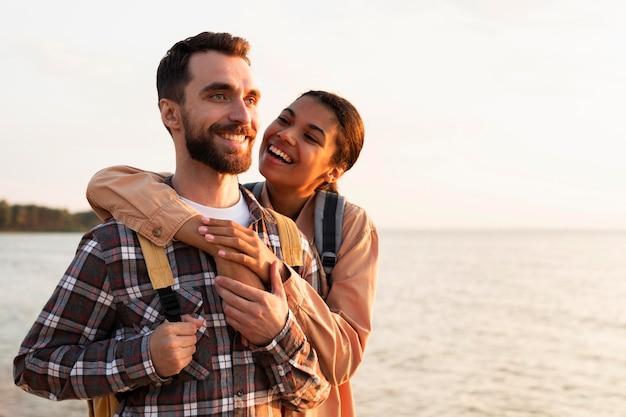 コピースペースで彼氏を後ろから抱きしめる女性