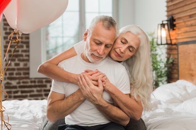Женщина обнимает мужа сзади