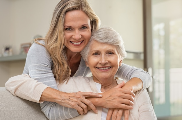 Женщина обнимает мать с любовью