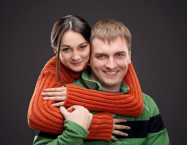 彼女のボーイフレンドに抱擁する女性