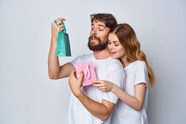 女性は男性の贈り物の休日の買い物の楽しみを抱擁します