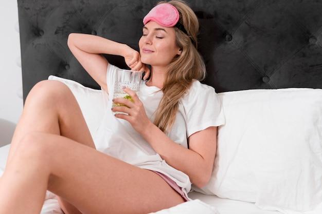 女性はコップ一杯の水で水分補給