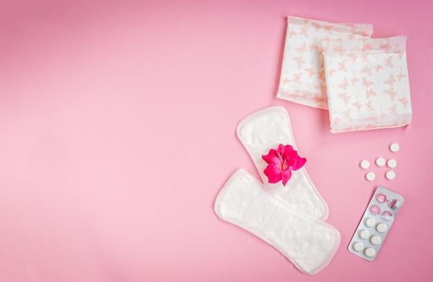 여성 위생 보호. 분홍색 배경에 위생 패드입니다.