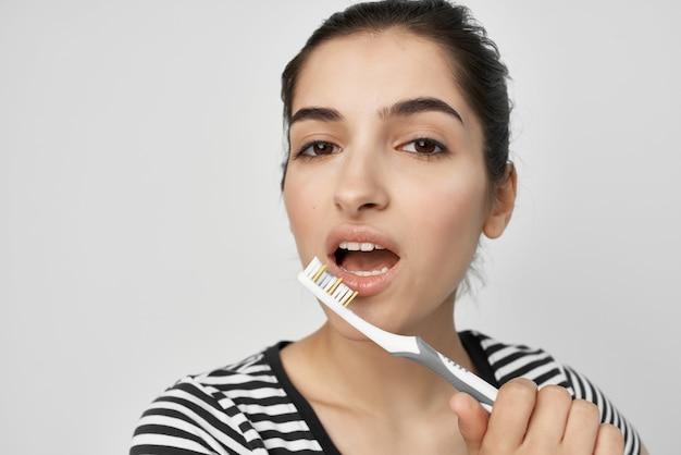 女性の衛生歯のクリーニングケア健康孤立した背景。高品質の写真