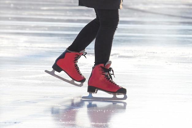 여자 아이스 스케이트장에서 스케이트. 취미와 여가. 동계 스포츠