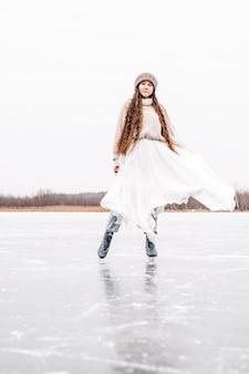 Женщина на коньках на открытом воздухе на пруду. портрет образа жизни на открытом воздухе девушки в фигурных коньках.