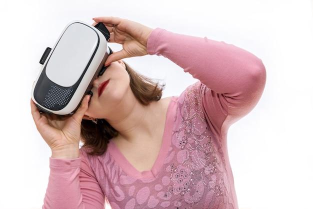 白で隔離3d仮想メガネの女性