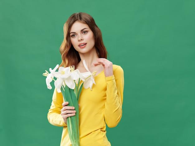 花の美しいドレスを着た女性