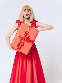 선물 휴일 상자, 판매 및 축하와 함께 아름 다운 드레스 여자