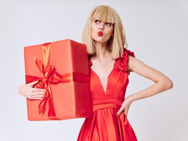 선물 휴가 상자 공간, 판매 및 축하와 함께 아름 다운 드레스 여자