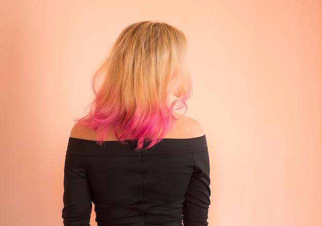 美しいイブニングドレスの女性。ウエディングで美しい少女。誕生日やプロムを祝う。ウエディングドレスで歩く美しい10代の少女。ウエディングドレスのピンクの髪型の女の子