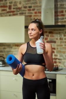 Женщина в черном облегающем топе тренировки
