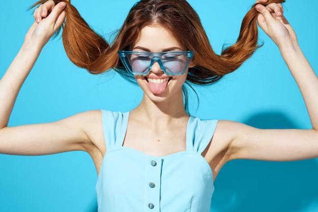 파란색 드레스 파란색 배경에서 여자 라이프 스타일입니다. 고품질 사진