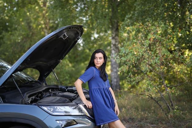 壊れた車の中で女性