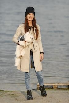 Женщина в коричневом пальто. дама с лабрадором