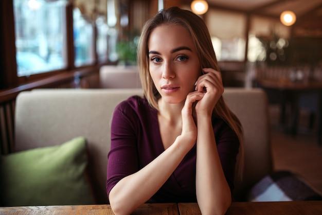 カフェやレストランの女性