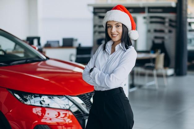 크리스마스에 자동차 쇼 룸에서 여자