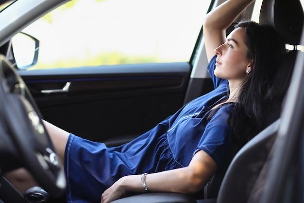 車の中で女性
